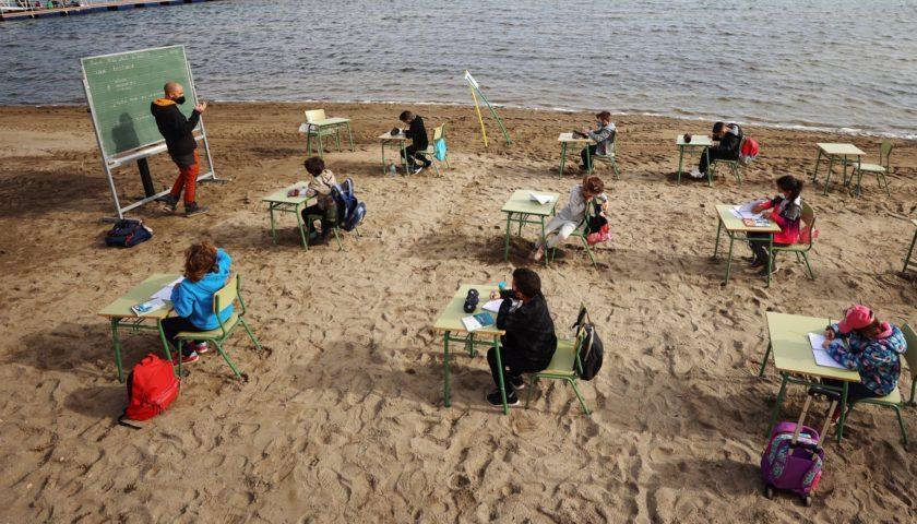 Испанские школьники проходят «пляжное обучение»