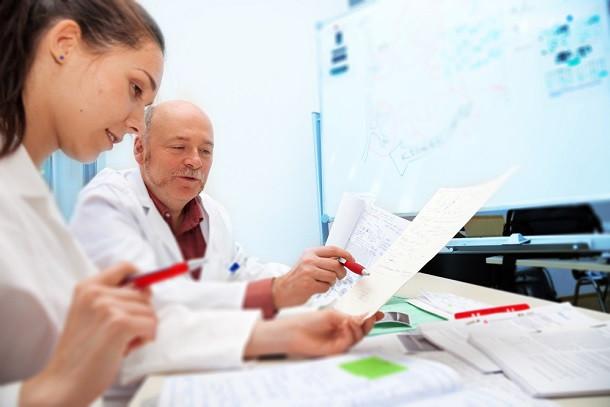 Две трети практикующих врачей поддерживают наставничество в качестве поддержки молодых специалистов, только что окончивших вуз