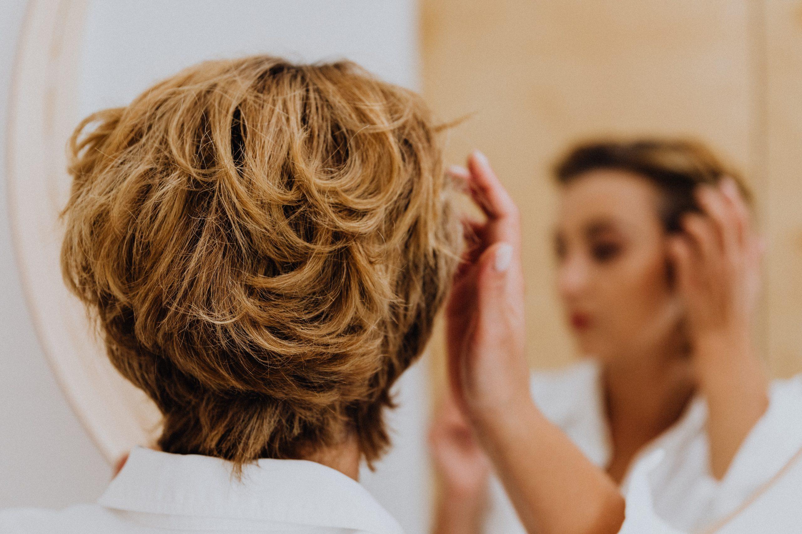Трихолог объяснила выпадение волос после коронавируса